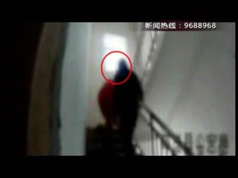 泗洪:最帅2秒 消防员27楼救下跳楼男子
